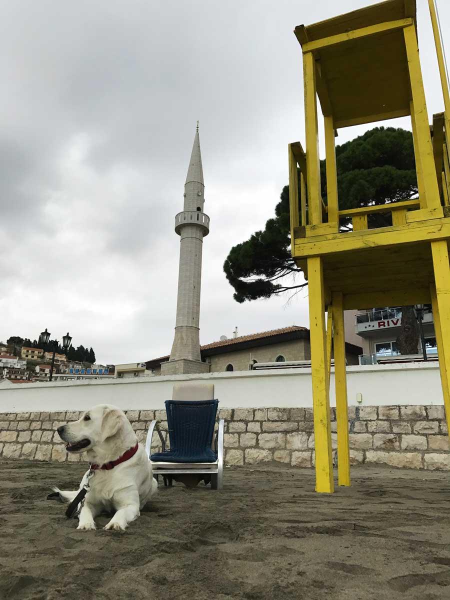 Charlie spielt Baywatch vor eindrucksvollem Minarett in der Altstadt. Dabei passt sie allein auf unsere Kids auf – sonst geht niemand mehr ins Wasser. Trotz für uns fantastischer Badetemperaturen.