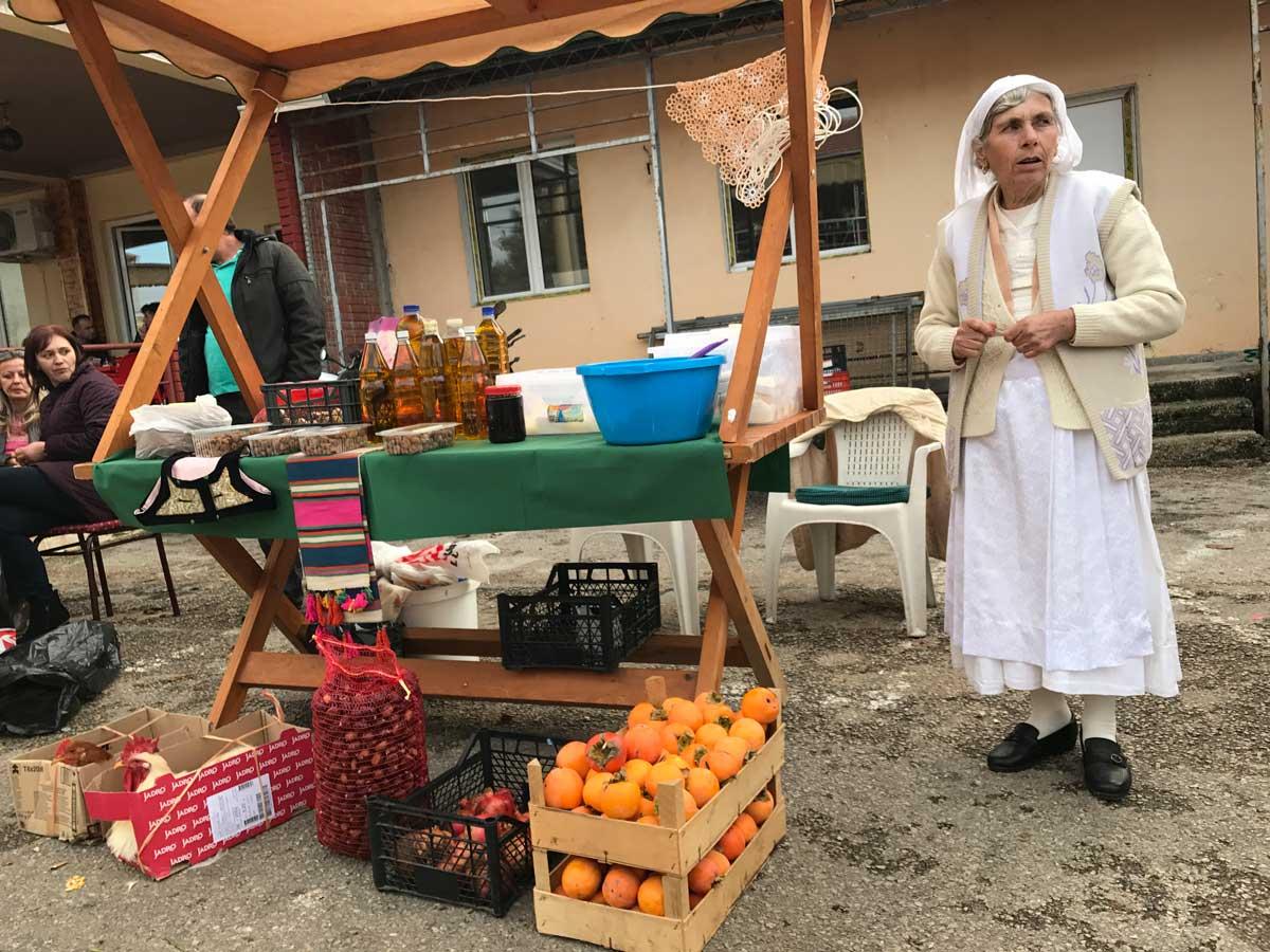 Zu Besuch in Ostros. In das kleine Dorf führt eine steile Bergstraße, die teils noch im Bau ist. Abenteuerlich. Es erwartet uns ein Kastanienfest und Händlerinnen in traditionellen Trachten.