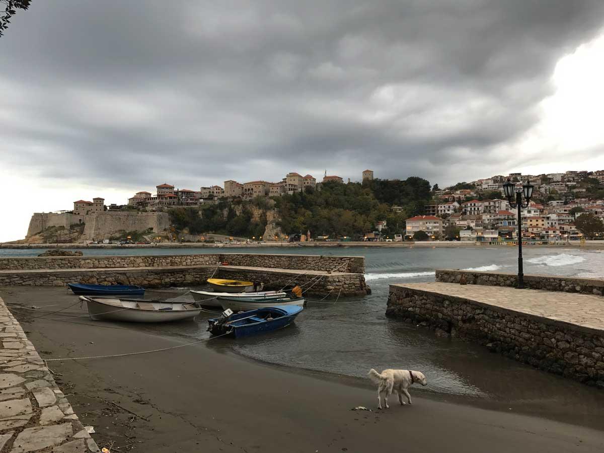 Ulcinj im November – die grauen Wolken konnten unserer Freude an der kleinen Hafenstadt keinen Abbruch tun. Charlie hat's im kleinen Hafen mit Blick auf die Altstadt auch gefallen.