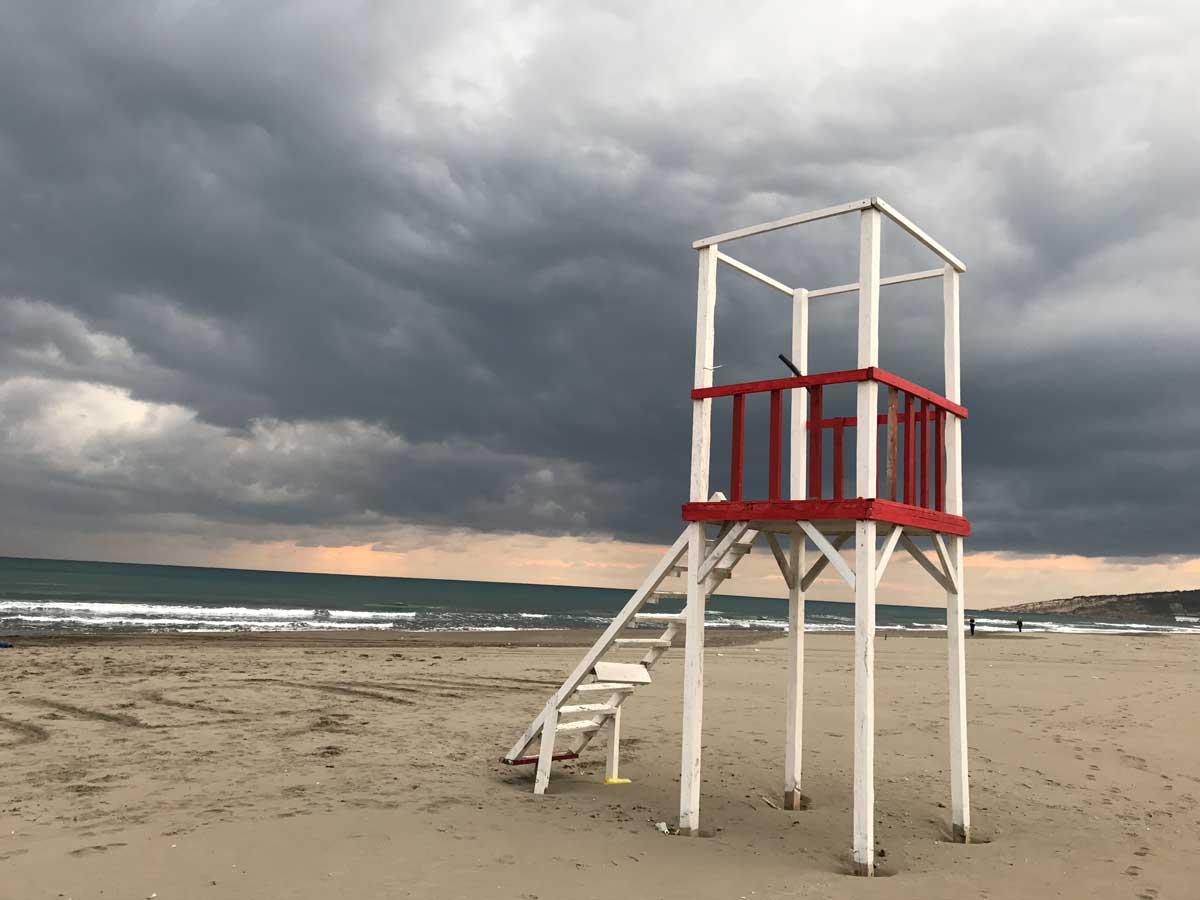 14 Kilometer Sandstrand – und kein Mensch außer uns am Meer. Die Kids haben sich auch von den mäßigen Außentemperaturen nicht schrecken lassen und waren lange schwimmen.