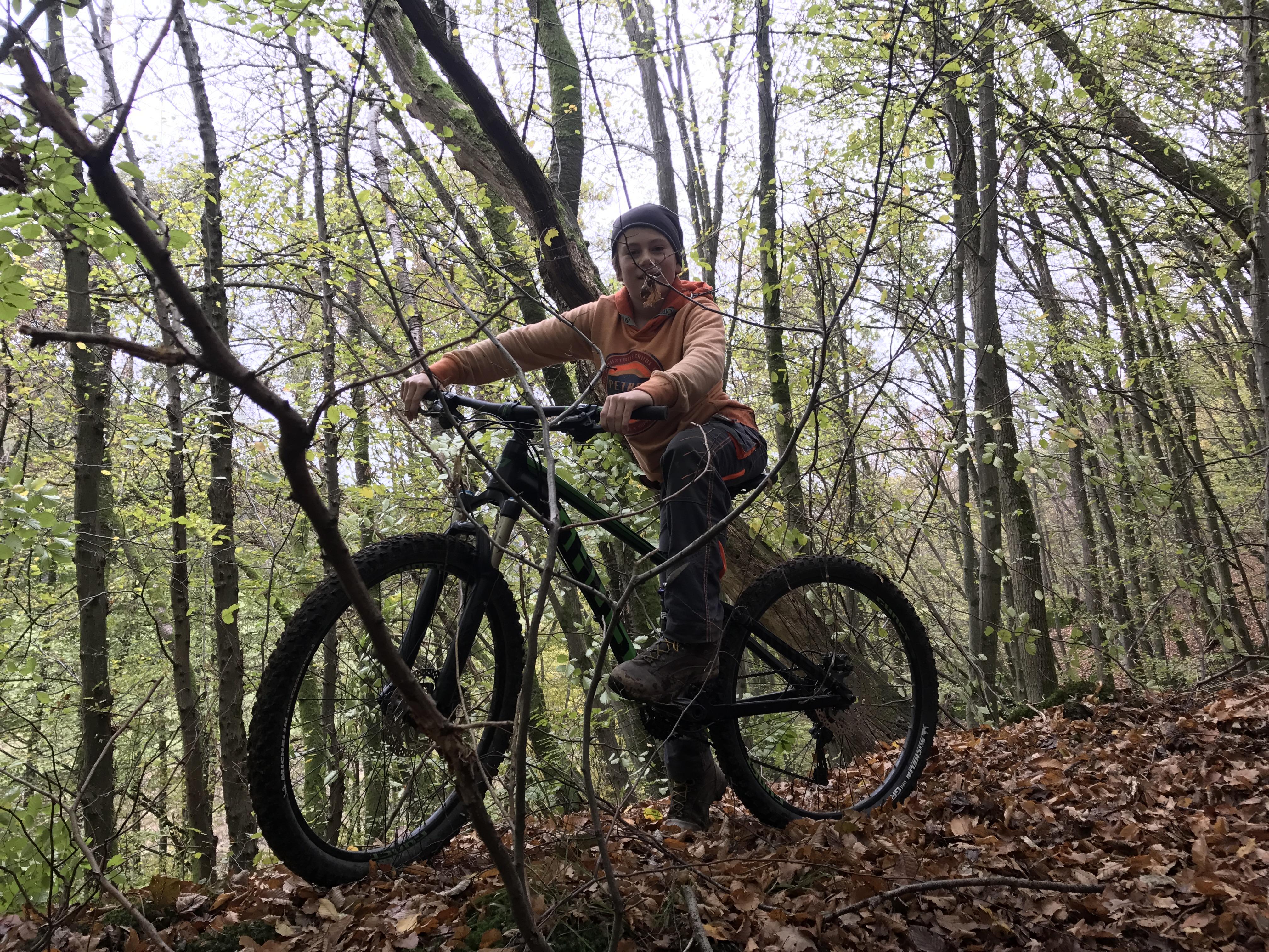 Paul und sein Bike. Mountainbiken ist eines von Pauls Lieblingsbeschäftigungen in seiner Freizeit.