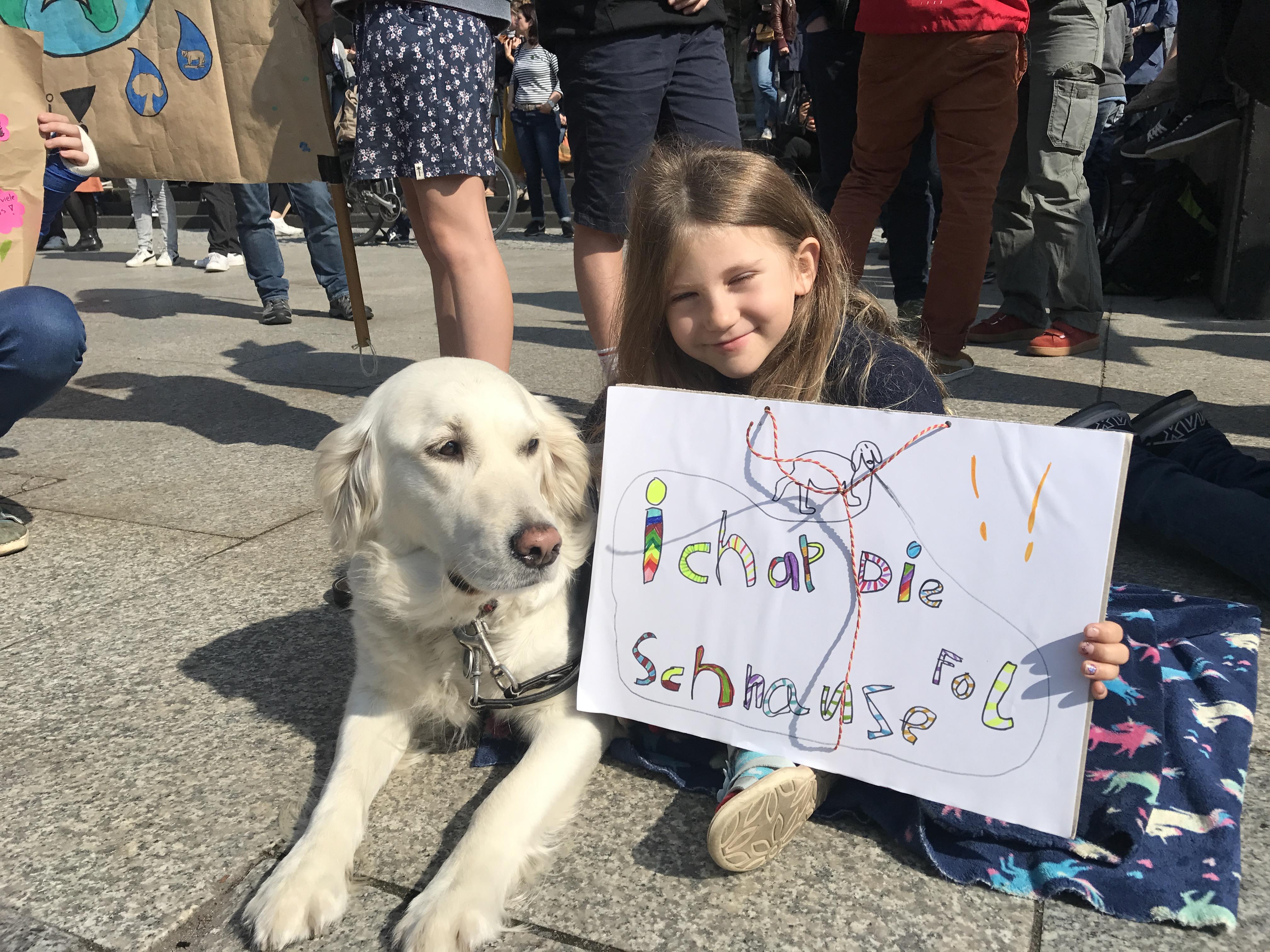 """Fridays for Future. Die ganze Familie war auf den Demos und wird auch am 20. September wieder auf die Straße gehen. """"Ichap die Schneuze fol"""" sagt denn auch Charlie...."""